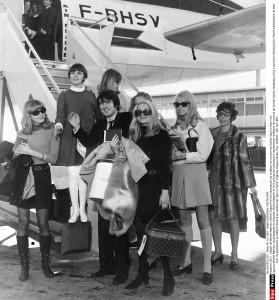 """Mireille Mathieu, accompagnee du chanteur Michel Delpech et d'un groupe de mannequins representant la Maison de couture de Gunter Sachs, embarque a Orly a bord d'un Boieing d'Air France a destination de New York. Ils assisteront au Waldorf Astoria au celebre bal """"April in Paris"""" organise chaque annee. Orly, FRANCE - 26/10/1967./Credit:UNIVERSAL PHOTO/SIPA/1304171155"""
