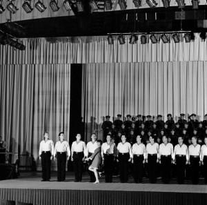 Mireille Mathieu At The Palais Des Sports With The Choirs Of The Red Army. France, Paris, novembre 1967, Lors d'un concert au Palais des Sports, sur scène, la chanteuse française Mireille MATHIEU est accompagnée par les coeurs de l'Armée Rouge. (Photo by Jean Tesseyre/Paris Match via Getty Images)