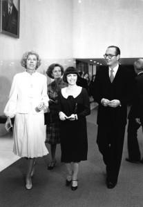 FRANCE - JUIN: Mireille Mathieu arrive a une exposition entouree de Claude Pompidou, Bernadette Chirac et Jacques Chirac en juin 1977 en France.